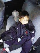 郑州3岁男孩穿薄毛衣出门找妈妈 民警脱下警服为他保暖