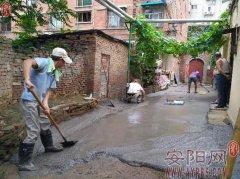 光辉路社区组织人员对老旧楼院进行集中整修