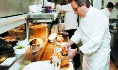 顾客就餐吃到钢丝 法国名厨被判罚超130万美元