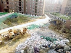 郑州一工地垃圾成堆散发恶臭 附近住户不敢开窗