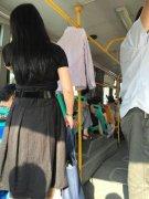 奇葩女子公交车上晾衣服 还自带衣架