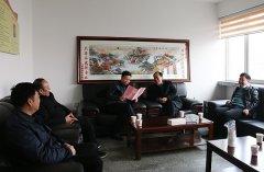 河南明源集团向卫东农商行送匾额和感谢信