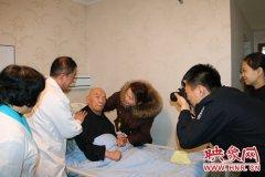 暖心!老人瘫痪在床办证难 郑州民警上门为其办理身份证
