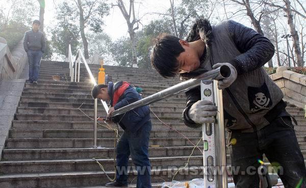 体育路湛河堤北岸台阶增设扶手