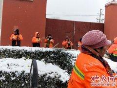 一杯粥温暖一座城!郑州公交车长给在一线奋战的环卫工人送粥和包子