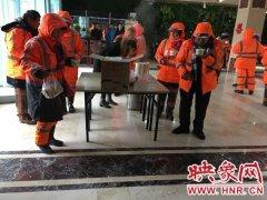 大雪不停爱心不止:郑州一爱心饭店承诺,下雪期间免费为除雪环卫工提供早餐