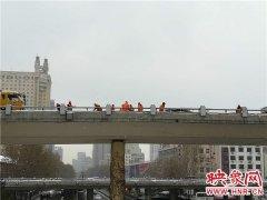 昨晚今晨郑州市政养护工奋战除雪一线 一晚走了4万步