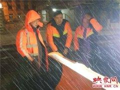 郑州中原区出动除雪人员5600名 连夜清雪保辖区内大小道路畅通
