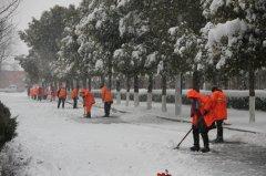 市城管局除冰铲雪保道路畅通