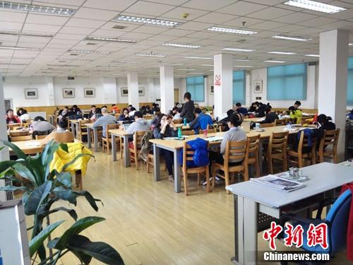 在丰台图图书馆内自习室学习的人群。上官云 摄