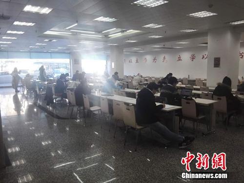 中午时分,西城区第一图书馆自习室内仍有不少人在看书。上官云 摄