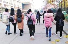 漯河一高校数千名大学生甩掉手机 背着书包进课堂