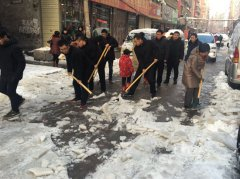 市人社局志愿者义务扫雪暖人心