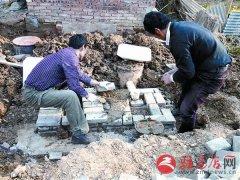 改造旱厕方便居民
