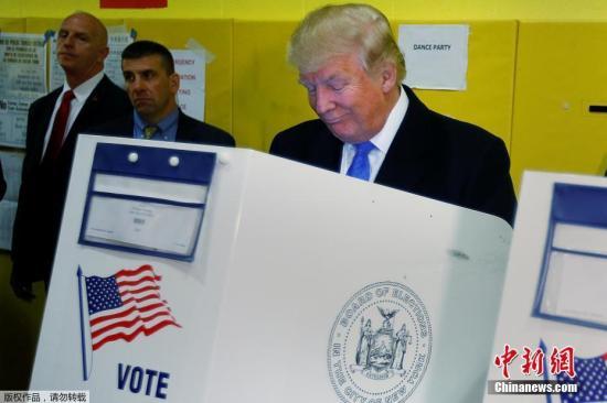 当地时间11月8日,特朗普现身纽约州为自己投票,妻子梅拉尼娅陪同。