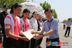副县长王彦峰为自行车比赛选手颁奖