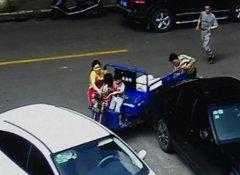 4岁熊娃开车撞奔驰 爸妈拉都拉不住