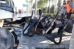 郑州一货车闹市区突然起火 司机幼儿园门口扔火种