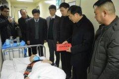 县长马同和看望贫困白血病儿童