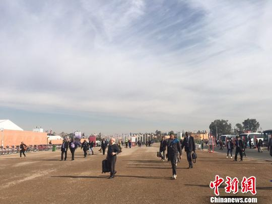 马拉喀什气候大会中国政府代表团副团长、国家发改委气候司巡视员谢极表示,中国正在采取更加有力的行动推动二氧化碳减排,部分城市承诺2020年左右达到碳排放峰值。 俞岚 摄