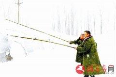 新蔡县南湖街道办清理积雪保护蔬菜大棚安全