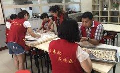 区移民局五项建设工作队走进温馨驿站为老人包饺子送西瓜