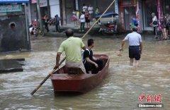 道县遭遇强降雨 民众借船出行