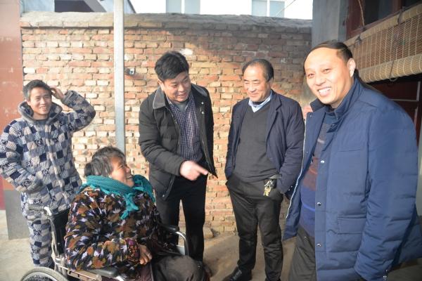 县政府办公室主任崔旧增到张弓镇乔楼村走访慰问贫困户