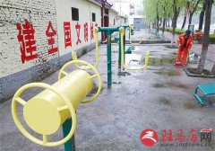 环卫工人清扫地面为市民营造整洁环境