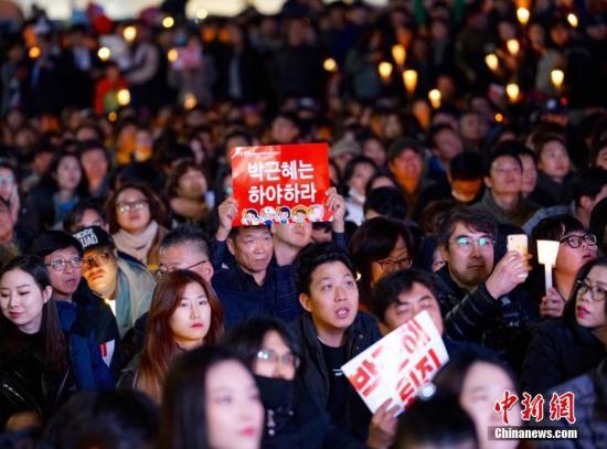 此外,在野党拒绝由国会推荐总理人选,朴槿惠与朝野领导人会晤也以同样的理由受阻,青瓦台难寻解决当前局面的突破口。