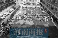 郑州市区小升初报名第1天 部分家长因证件不全没给娃报上名