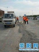 市公路局及时清理石子消除安全隐患