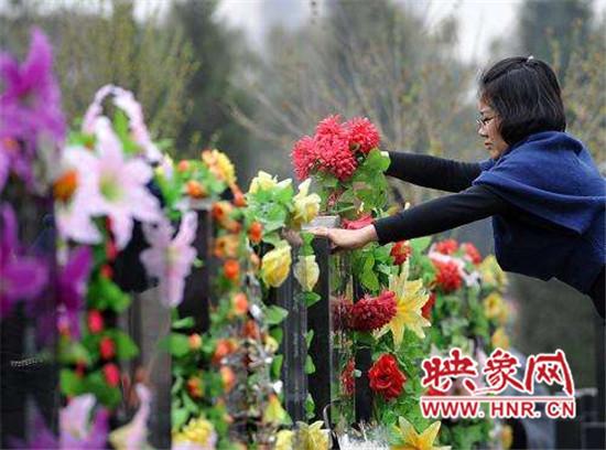 每位前来祭奠的亲人都用花束把墓碑装扮