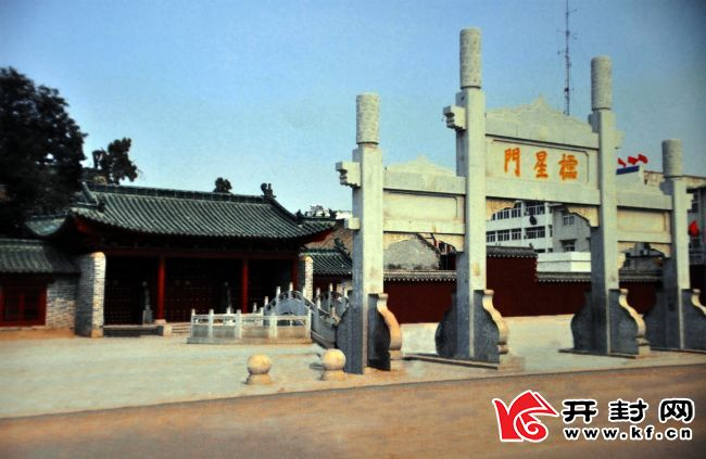 修葺一新的孔庙文化广场。
