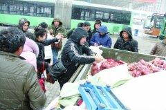 """六旬老人卖红薯遇大雪 千斤红薯1小时被""""抢空"""""""