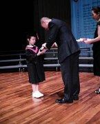 赵薇家有小女初长成 小四月参加毕业典礼