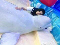 范冰冰这个姿势是在秀白鲸还是在秀戒指