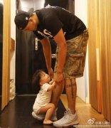 飞飞坐在黑人爸爸的大脚上 求爸爸不要走