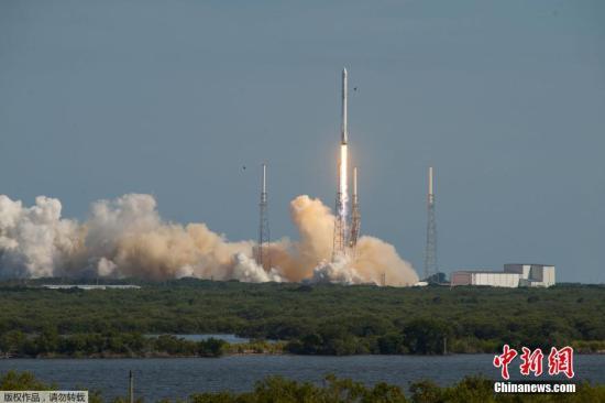 """资料图:当地时间4月8日,美国佛罗里达州,美国民营太空探索科技公司SpaceX的猎鹰9号运载火箭,载""""飞龙号""""(Dragon)无人太空货船,自卡纳维尔角发射升空。"""