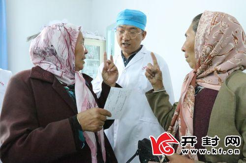 徐流亮为维族群众讲解口腔卫生知识。
