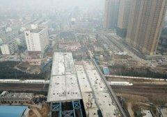 万吨巨梁顶推 郑州上空两条巨龙将牵手