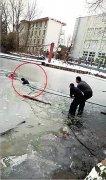 女孩不慎落入冰窟窿 信阳狱警入水砸冰救人