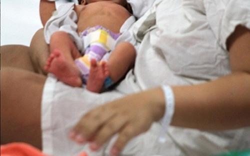 怀孕35周的欧威多坐车行经枪战附近路口时,有另一辆车向他们开枪。欧威多头部中弹,男友阿古尔腿部中弹。虽然中弹,但是阿古尔仍坚持把车开到医院。
