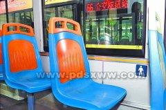 """公交车上""""爱心专座""""被占,网友有话说"""