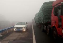 司机大雾天高速上停车呼呼大睡 罚200扣6分