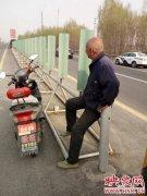 危险!8旬老人骑电动车高速逆行?幸遇民警被安全带离