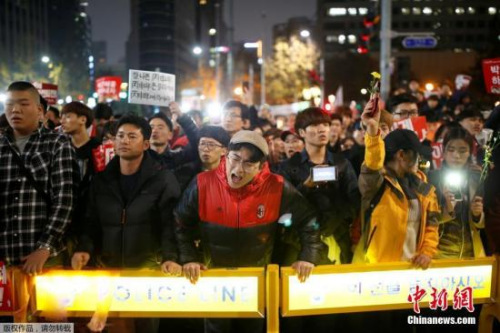 根据韩国宪法,弹劾案须由国会过半数议员联署提出,然后获最少三分之二议员支持,再经宪法法院三分之二法官同意方可生效。目前在野党在韩国会还差29人才能通过弹劾案,是否有执政新世界党成员倒戈,成为最大关键。
