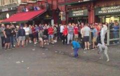英格兰球迷向地上扔硬币 让法国乞讨儿童争抢