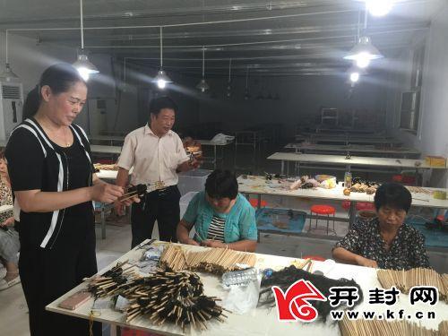驻后黄村第一书记于卫华在引进的产业扶贫企业查看企业生产情况。