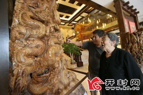 市民参观开封文化客厅,被精美的木雕吸引。 全媒体记者 李克君 摄
